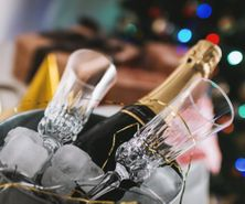 party-glasses-bottle-champagne-ice-container_447-19327037